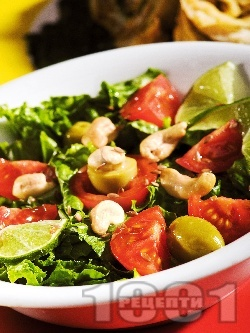 Гръцка салата с маруля, домати и кашу - снимка на рецептата